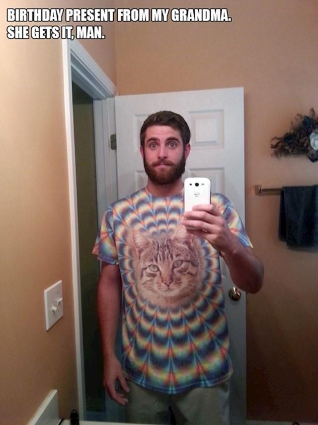 6. Baka mi je poklonila ovu majicu za rođendan. Ona sve kuži, čovječe