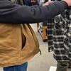 Netko je u trgovini snimio lika koji se štiti od korone pomoću prečudne maske