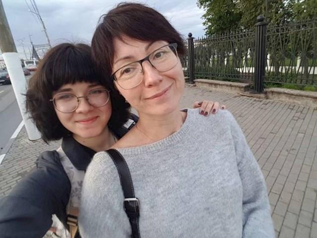 """3. """"Moja mama i ja. Ona ima 48 godina. Možete li pogoditi koja je koja?""""😆"""