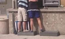 Supružnici koje je netko snimio u Baškoj Vodi sve su nasmijali zbog načina na koji koriste bankomat
