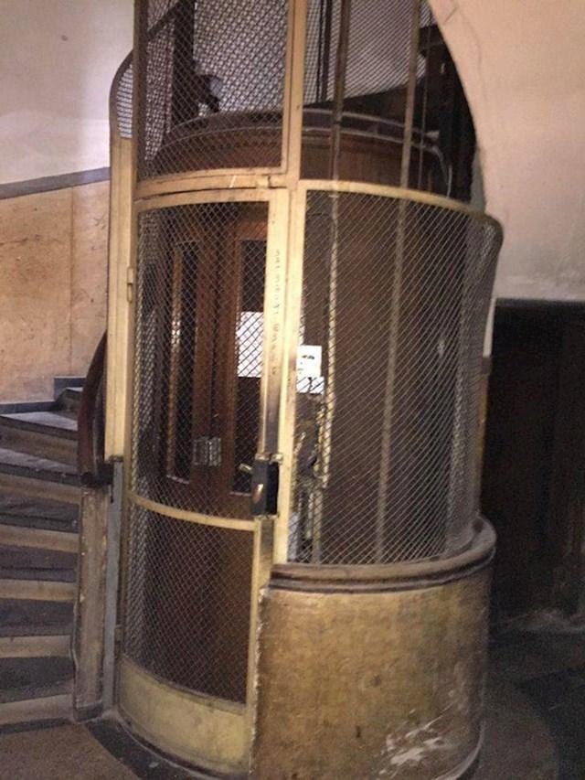 17. Apartman koji smo unajmili ima dizalo iz 1930-ih!