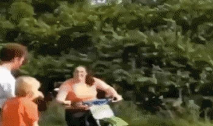 Pokušala je naučiti voziti motor u dvorištu, nekim ljudima jednostavno nema pomoći