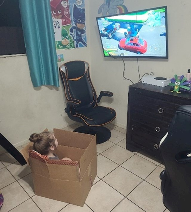 2. Kupio je kćeri stolicu za igranje videoigrica. Više joj se sviđa kutija.😆
