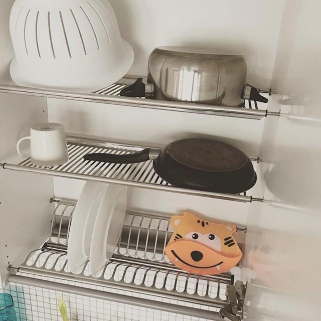 1. Finci ne brišu suđe.