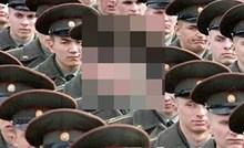 Svi su vojnici mrtvo ozbiljno shvatili vojni mimohod, osim jednog pojedinca