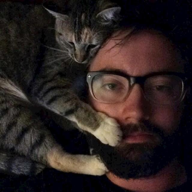 """17. """"Udomio sam macu nakon izlaska. Sjetio sam se toga kad sam se probudio popodne...Evo naše prve zajedničke fotke."""""""
