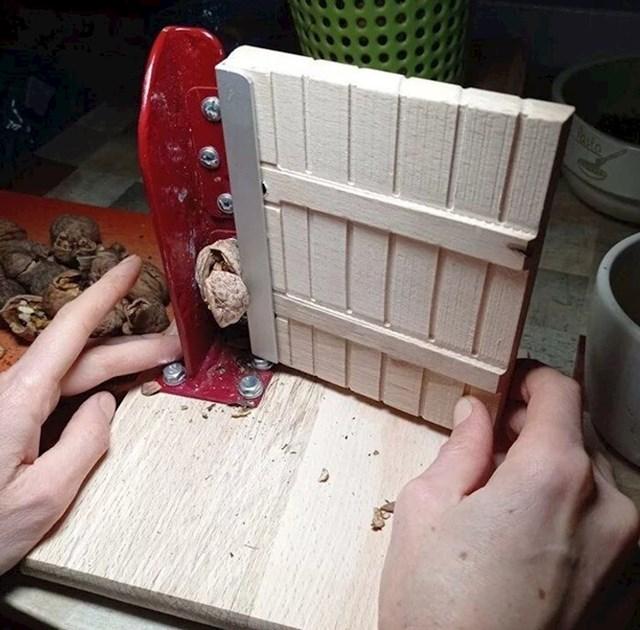 6. Obožavao je razbijati koru oraha na kuhinjskim vratima. Žena mu je to zabranila, pa si je sagradio nova vrata za razbijanje oraha.