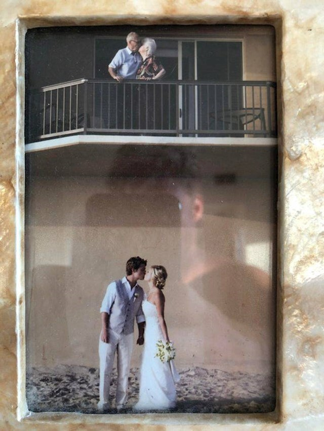 """20. """"Moja žena i ja smo na dan vjenčanja upoznali presladak par koji je slavio 50. godišnjicu braka. Evo ih iznad nas!"""""""