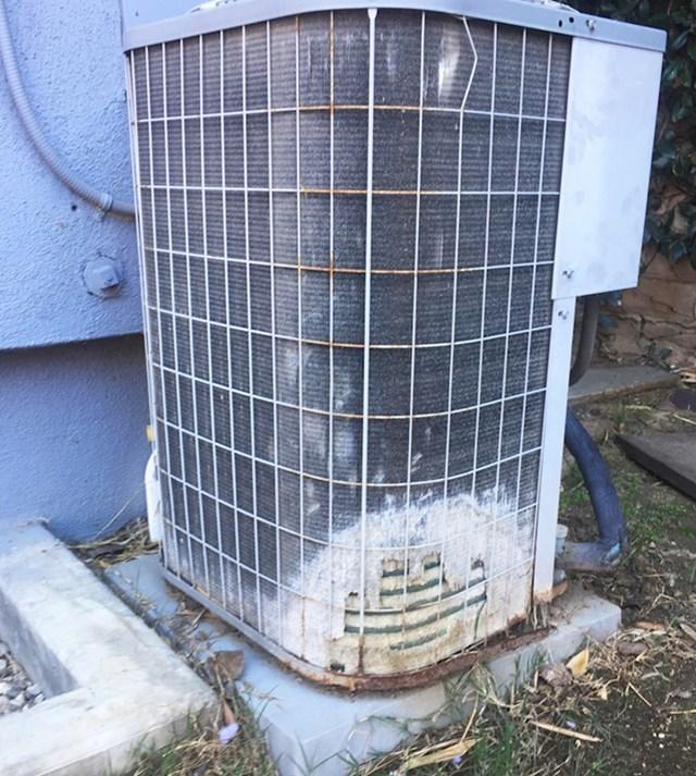 9. Jedinica za klimatizaciju nakon što po njoj 20 godina uriniraju psi.
