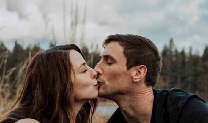 Dok par uživa u poljupcu, netko na ovoj fotki nije baš sretan