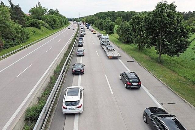 2. Uvijek se ostavlja prostor u sredini ceste za vozila hitnih službi.