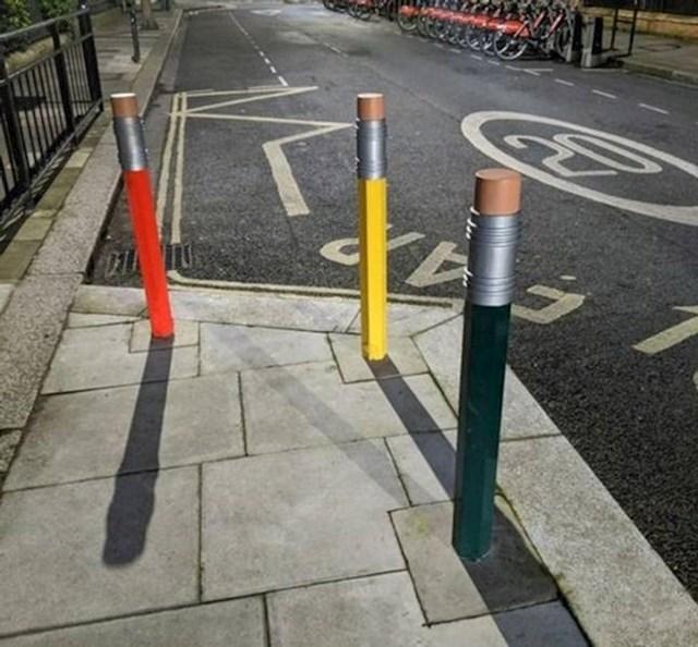 4. Preslatke parking barijere pred jednim vrtićem u Engleskoj