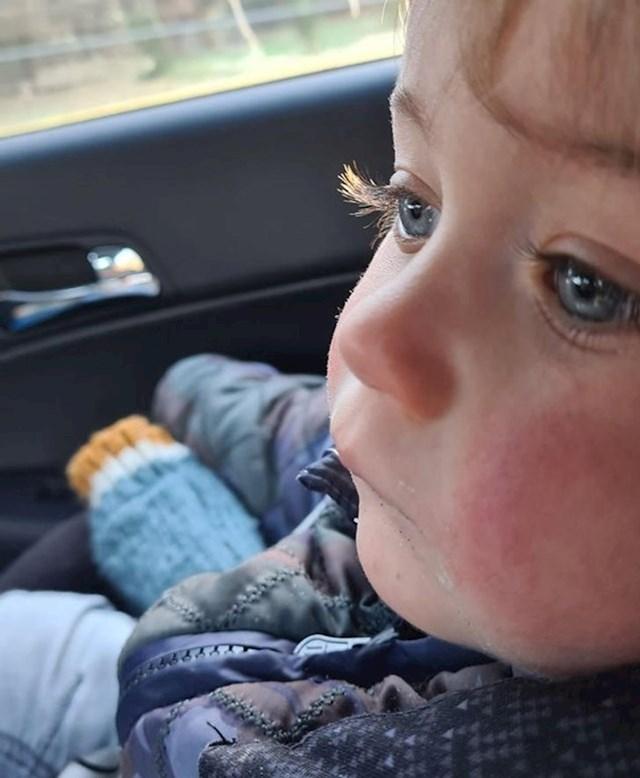 4. Dječak s ekstremno dugačkim trepavicama.