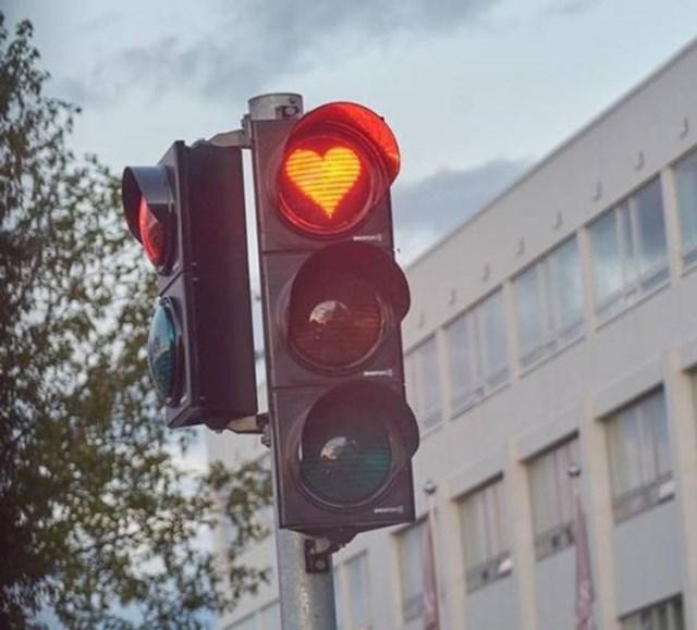 10. U gradu Akureyri svjetla na semaforu su u obliku srca.