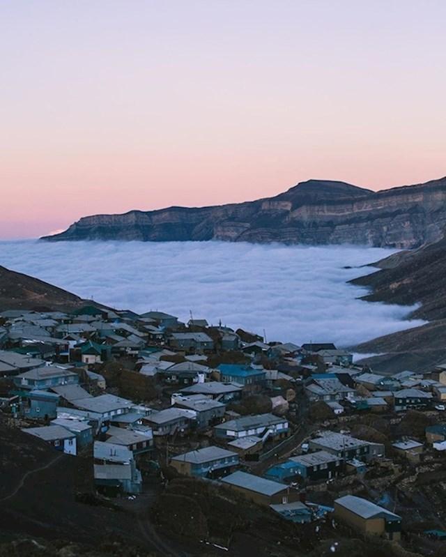 3. Planinsko selo Kurush u Dagestanu prostire se od 2.480 metara pa do 2.560 metara nadmorske visine, tako da mještani umjesto mora imaju oblake