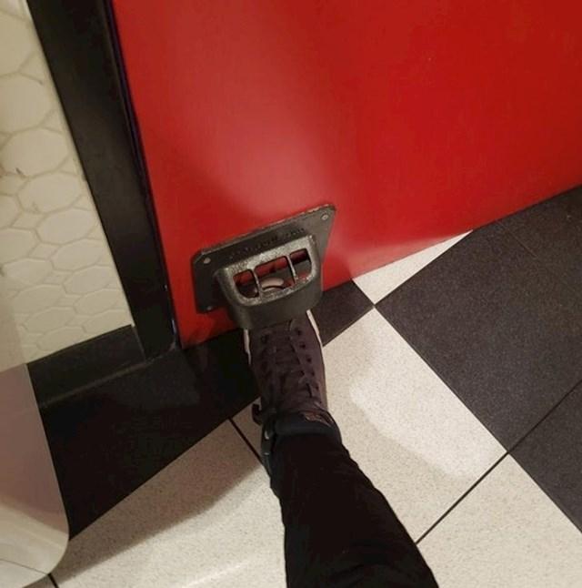 8. Ovaj wc ne otvara se kvakom, već pedalom