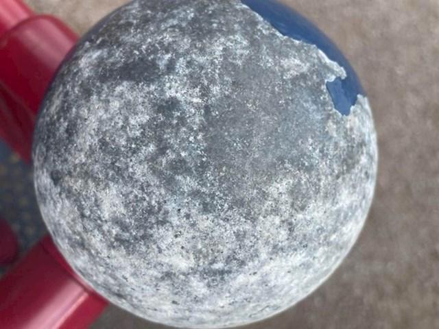 8. Ručka na dječjem igralištu koja izgleda kao mjesec