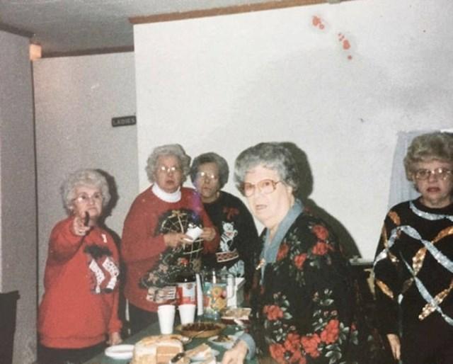 """2. """"Fotka moje bake i njezinih frendica izgleda kao da je fotograf prekinuo super tajni sastanak bakica."""""""