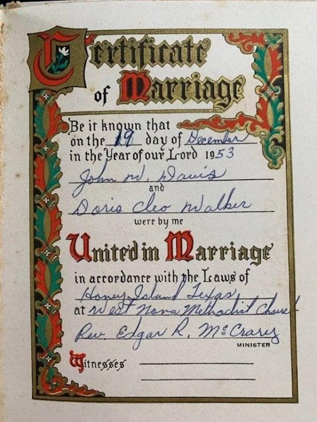 """8. """"Potvrda o braku koji je moja mama očito sklopila, a za koji nitko nije znao. Našla sam ovo među njezinim stvarima nakon što je preminula."""""""