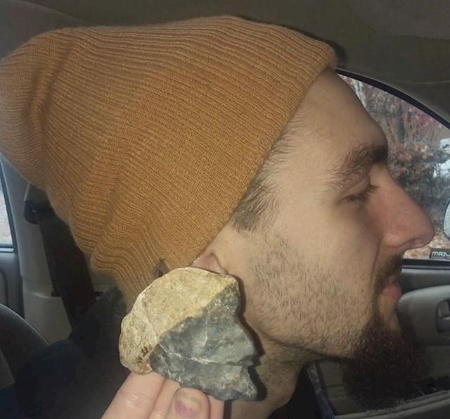 3. Pronašao je kamen koji izgleda kao on!