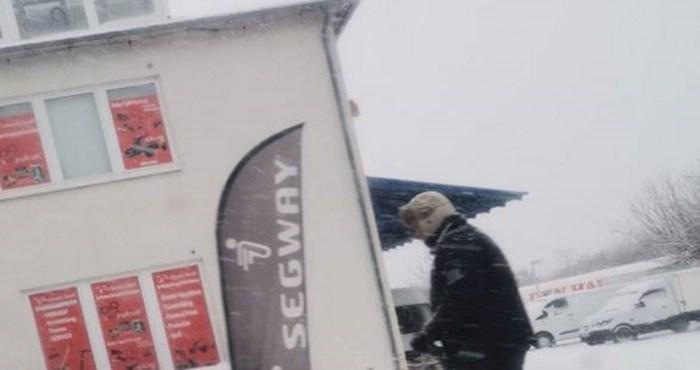 Lik je smislio zabavniji i učinkovitiji način čišćenja snijega, ovo je skoro kao ralica