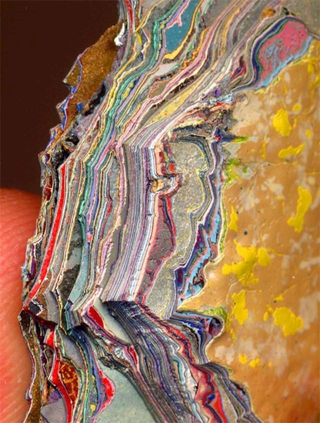 14. Otkinuti komadić sa zida išaranog grafitima