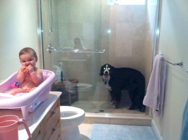 """""""Moja žena za vrijeme kupanja našoj kćerkici pjeva istu pjesmu koju je pjevala i psu prije tuširanja. Ovo se dogodi svaki put."""""""