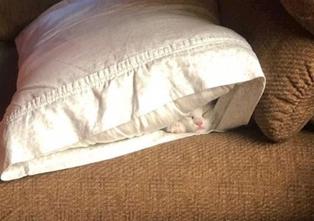 1. Skriva se pod jastukom