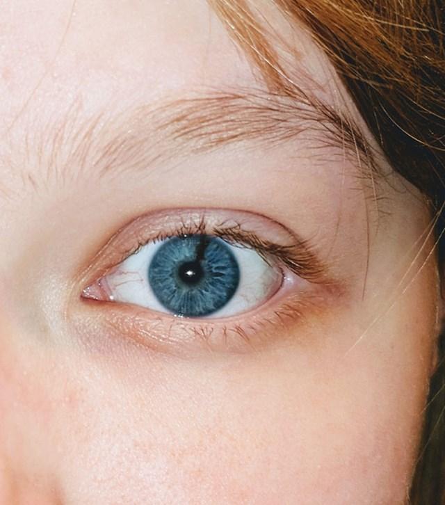 20. Plavo oko s crnim detaljem.