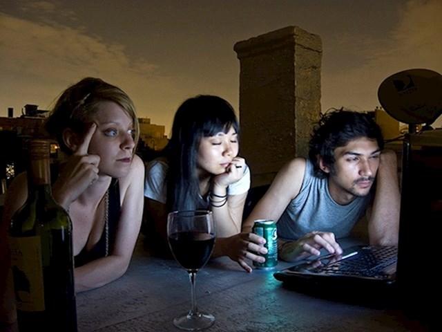 4. Smanjite svjetlinu na ekranima