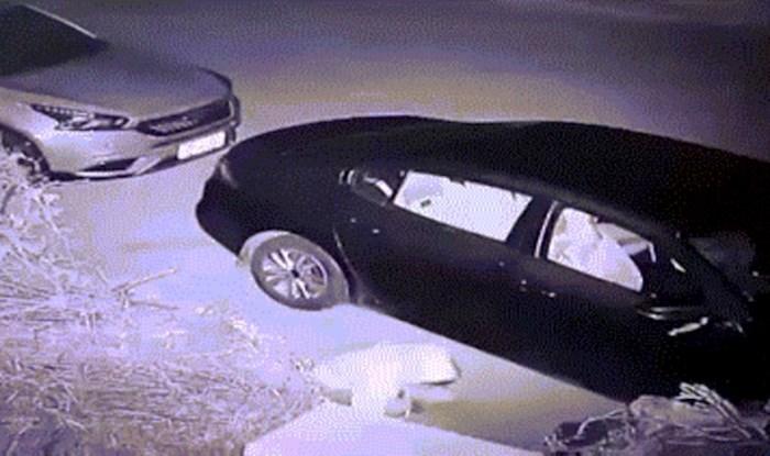 Pokušao je razbiti prozor na autu, ali karma mu je momentalno vratila