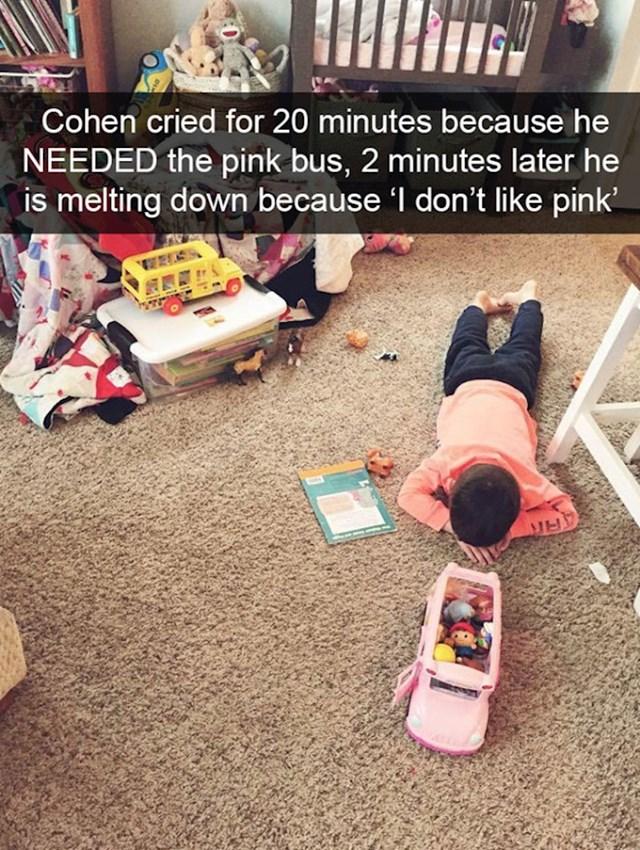 4. Cohen je 20 minuta plakao jer je trebao ružičasti autobus, a kad ga je dobio počeo je plakati jer ne voli ružičastu.