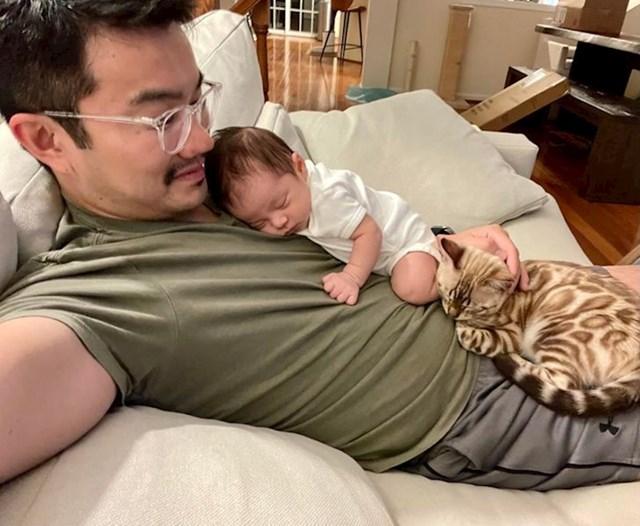 8. Ponosan tata - ima dvije bebe!