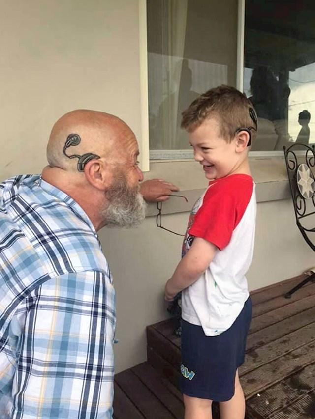 2. Djed je tetovirao slušni aparat svojeg unuka da mu bude podrška.🥰