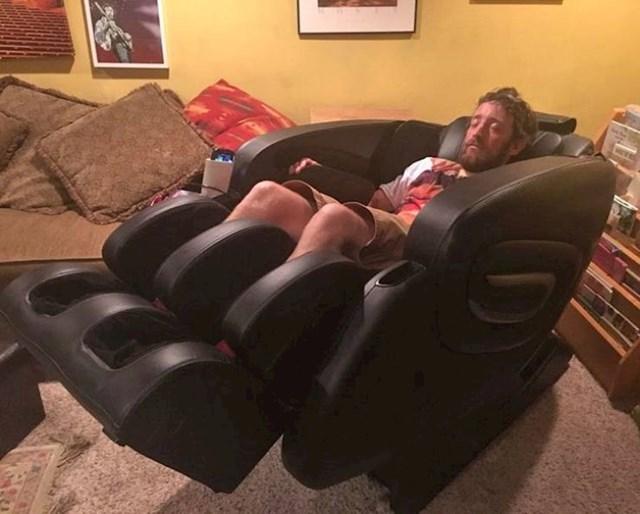 11. Soba koju smo rentali ima jedno iznenađenje - ovu genijalnu masažnu stolicu iz koje se moj muž ne miče!