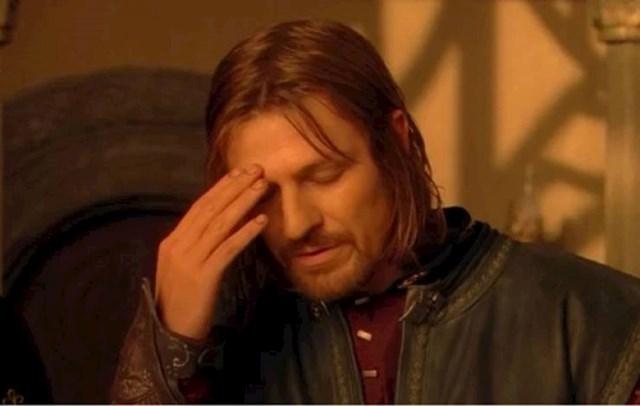 9. ...kad smo već kod Boromira. Sjećate li se ove totalno antologijske scene Boromira, koja je postala inspiracija za brojne memove? E pa, postoji razlog zašto Boromir gleda u svoja koljena. Noć prije scenaristi su odlučili prepraviti dijalog u ovoj sceni, a glumac nije stigao naučiti tekst. Zato ga je zalijepio na svoja koljena. Ovdje si je odlučio malo pomoći, a ostalo je povijest...😄
