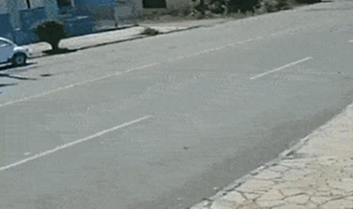 Nadzorna kamera snimila je prilično bizarnu situaciju koja se dogodila u prometu
