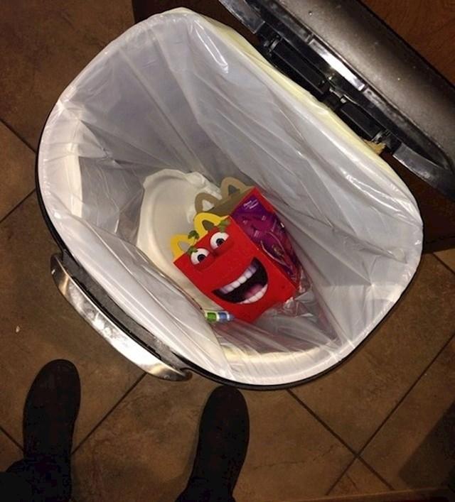 11. Bacao sam nešto u smeće, kad ono...