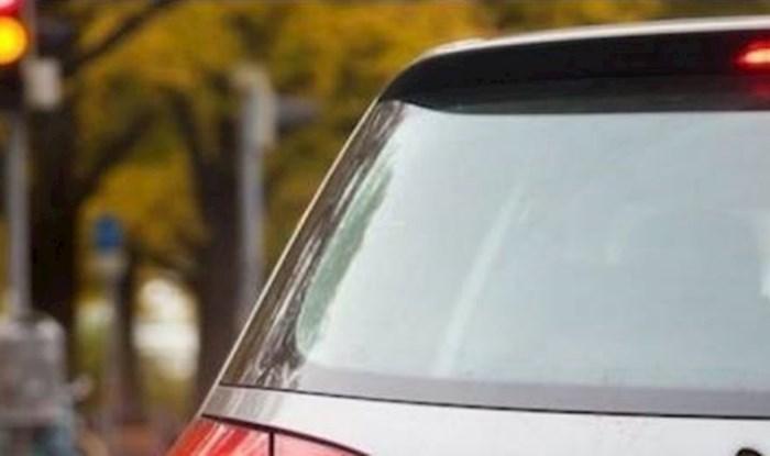 Vlasnik je na auto zalijepio prečudnu naljepnicu koja zbunjuje ostale vozače