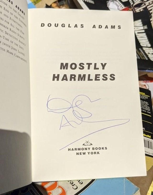 """18. """"Oduvijek sam htio potpisanu knjigu Douglasa Adamsa. Stvarno nisam mislio da ću ju pronaći u smeću...""""😳"""