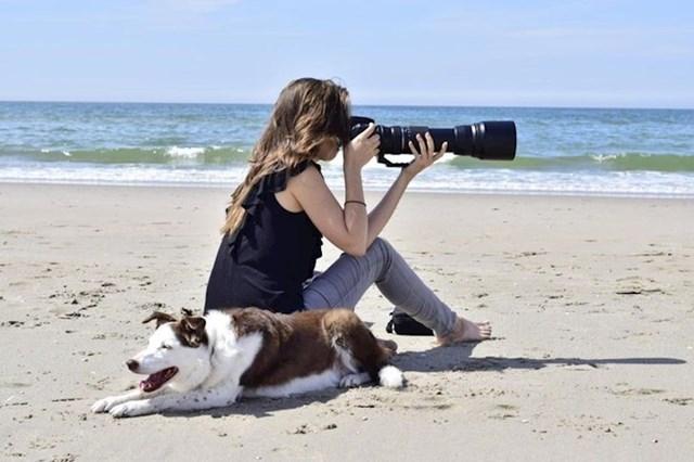 """8. """"Svekrva i ja išle smo na izlet na plažu i tad je fotkala ovu super fotku mene i mojeg psa."""""""