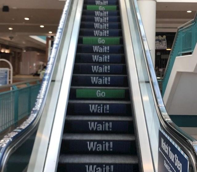 10. Eskalator koji vas upozorava kad je sigurno, a kad nije da stanete na njega