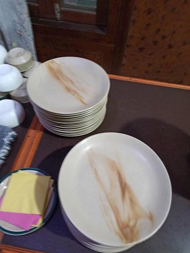 20. Set tanjura koji izgleda kao da je prljav.