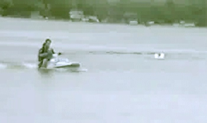 Vozili su se jet-skijem po jezeru, nećete vjerovati kad vidite zašto su se prevrnuli