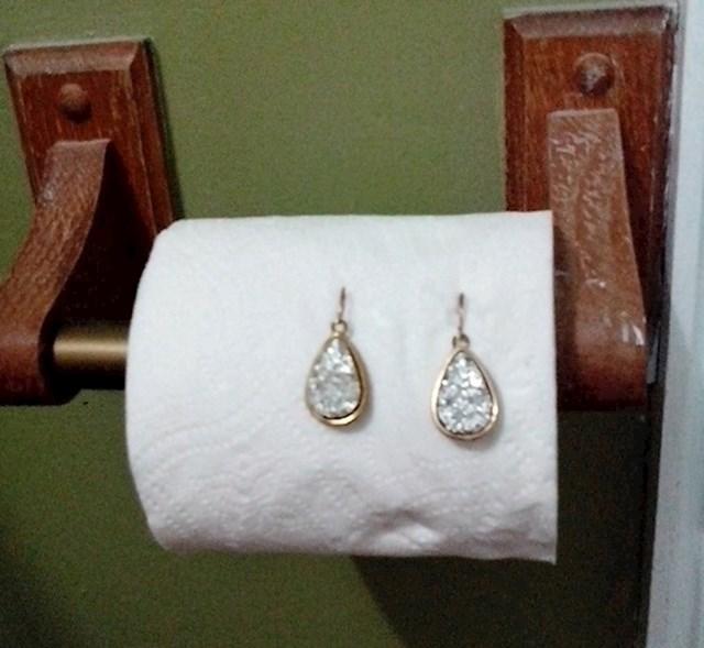 21. Wc papir se pretvorio u stalak za nakit.
