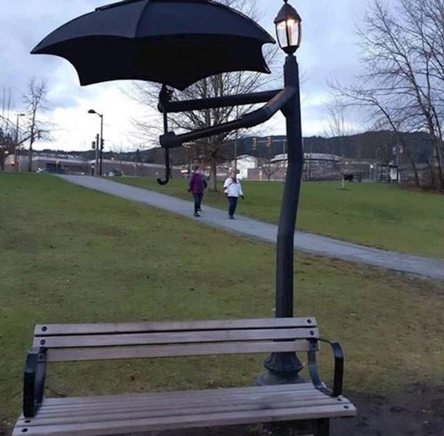 8. Klupica za ljude koji vole ići u park po kiši u Kanadi