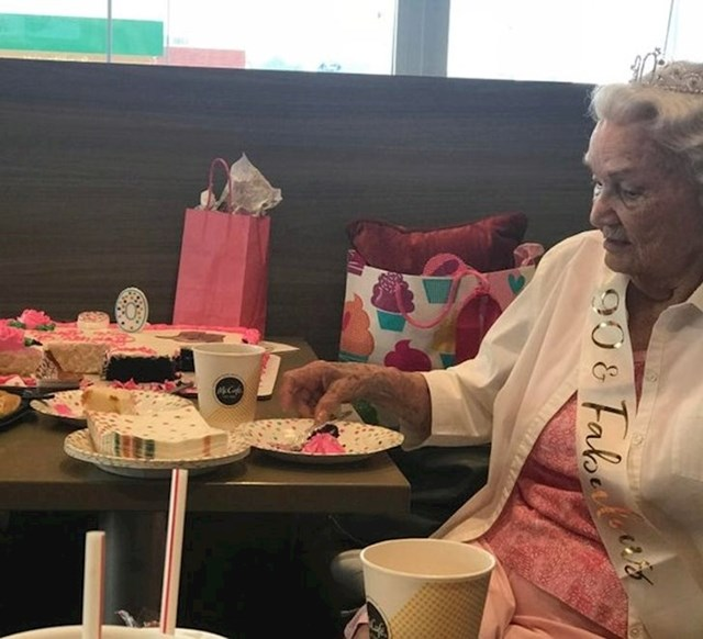 """6. """"Moja baka slavi 90-ti rođendan. Već godinama svaki dan odlazi u McDonald's na kavu i kolač ujutro. Danas su joj priredili rođendansko iznenađenje!"""""""