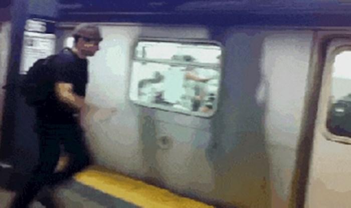 Vozač podzemne zatvorio mu je vrata pred nosom, no to ga nije spriječilo da se ukrca