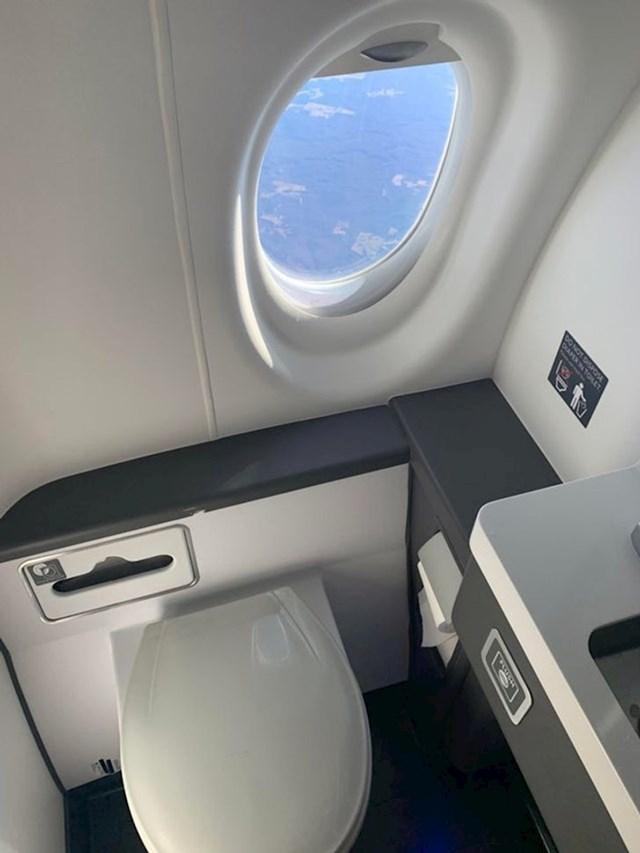 4. Prozor u toaletu u avionu