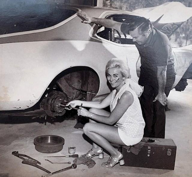 """""""Moja baka 1968. Jako je podržavala karijeru mojeg djeda koji je vozio trkače aute, toliko da mu je mijenjala gume kad je zatrebalo."""""""